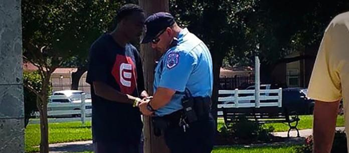 Ex-convicto ora por el policía que lo había arrestado