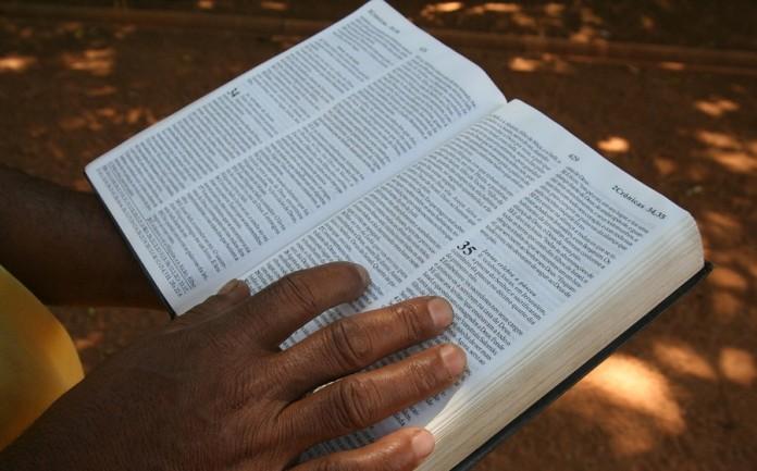Traducen la Biblia a la lengua yupik, la segunda más hablada en Alaska
