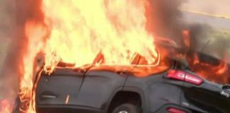Conductor y su Biblia sobreviven al incendio de un auto